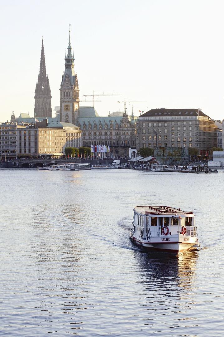 Boot auf der Alster vor der Skyline von Hamburg